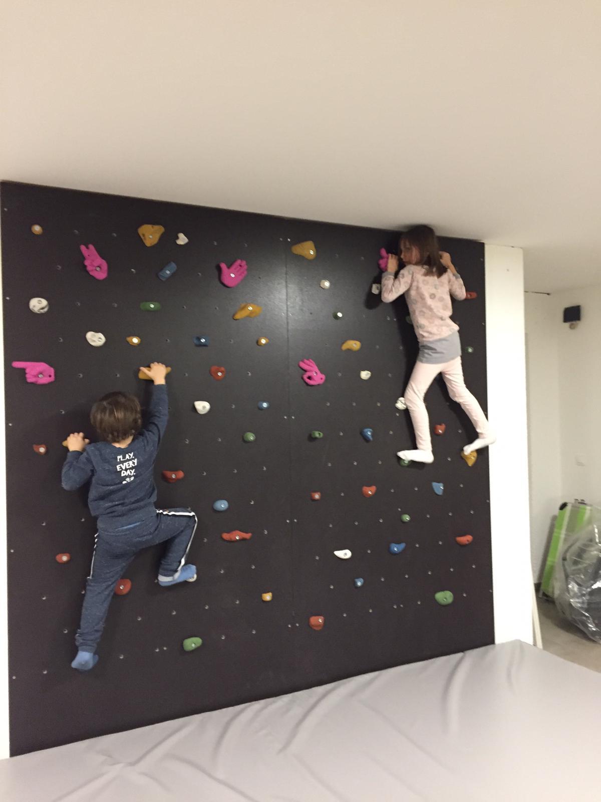 Lejla mit Bruder auf der Kletterwand
