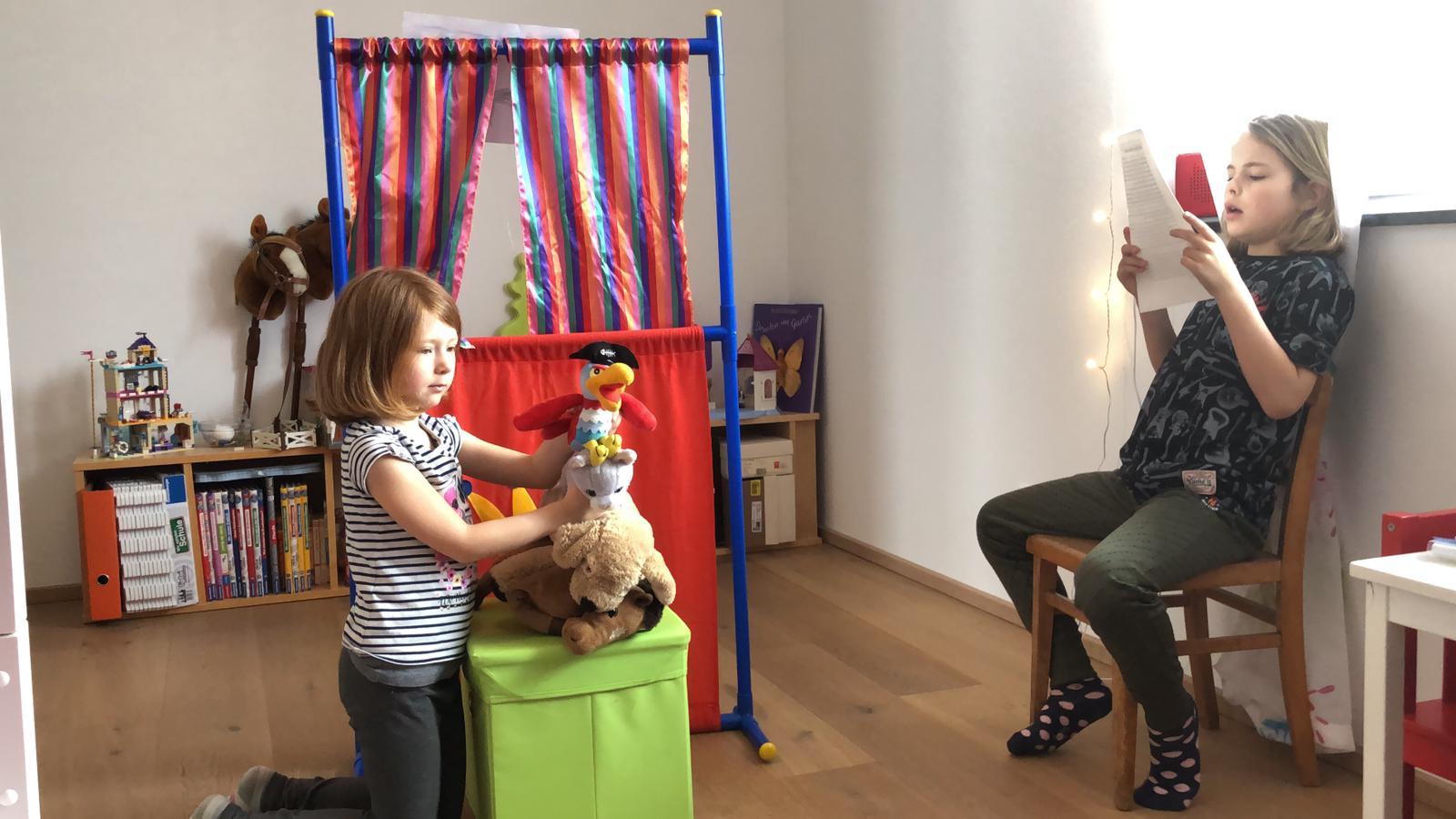Theaterspiel Die Bremer Stadtmusikanten mit Mira und Schwester